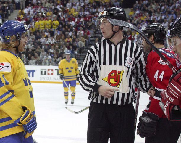 Juha Kautto (keskellä) tuomitsi MM-finaalissa 2004.