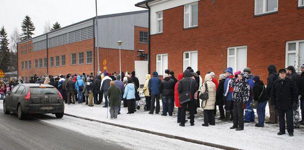Satojen metrien mittaisiksi lauantaina venyneet sikainfluenssarokotejonot saivat tunteet kuumenemaan Oulussa.