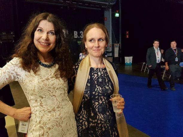 Kansanedustaja Arja Juvonen ja Jussi Halla-ahon puoliso Hilla Halla-aho perussuomalaisten puoluekokouksessa Jyväskylässä.
