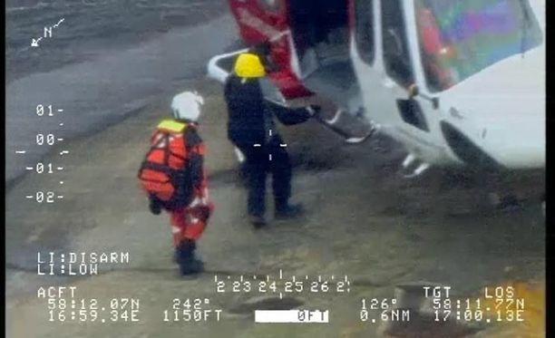 Mies kuljetettiin Lindköpingin sairaalaan, hänen kerrotaan olevan kunnossa.