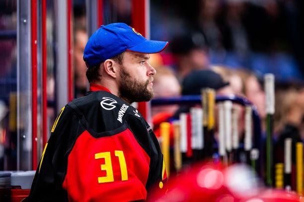 Antti Niemi ei ole vakuuttanut Jokerien maalilla. Viime peliä hän seurasi vaihtoopenkiltä käsin.