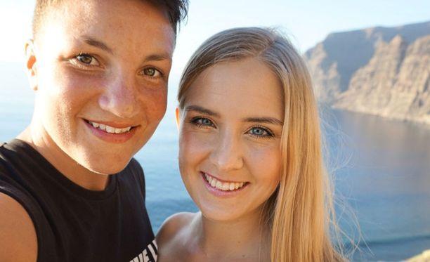 Elina Gustafsson ja Emmi Asikainen palasivat keskiviikkoaamuna Espanjasta Suomeen – ja pääsevät mukavasti ruskettuneina Linnan juhliin.