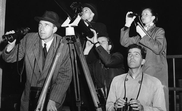 Uutinen Sputnikista otettiin vastaan eri puolilla maailmaa kauhun ja ihailun sekaisin tuntein. Kuvassa Sputnikia tähyillään Britanniassa.