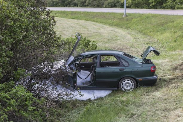 Kymenlaakson pelastuslaitos sammutti tulipalon ja varmisti palon sammumisen levittämällä sammutusvaahtoa auton ympäristöön.