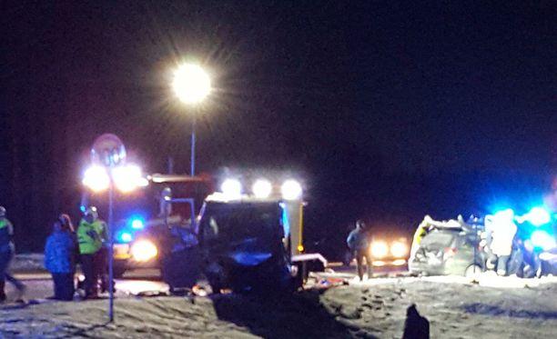 Autot vahingoittuivat pahoin Iltalehden paikalla olleen lukijan mukaan.