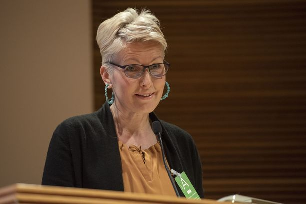 Tanja Karpela nieleskeli kyyneleitään puhujakorokkeella.