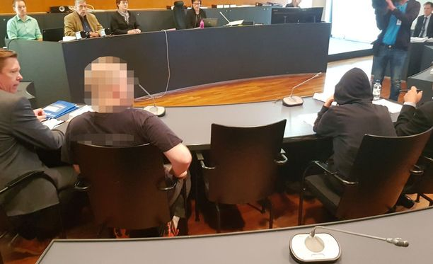 Pietarsaaressa tapahtuneen paloittelusurman käsittely alkoi torstaina Vaasan käräjäoikeudessa. Taposta syytetty 43-vuotias paikkakuntalainen mies (kuvassa toinen vasemmalta) oli asunnossaan surmannut ja paloitellut yli 50-vuotiaan pietarsaarelaismiehen ruumiin. Sen mies on kuulusteluissa myöntänyt.