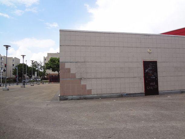Poliisi raiskasi pampulla 22-vuotias Théon helmikuussa paikallisen kulttuurikeskuksen takapihalla. Tapauksen paljastuminen aiheutti uusia mellakoita alueella.