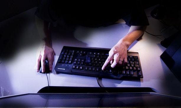 Viola arvasi heti, että netissä kirjoittelevat miehet yrittävät huijata häneltä rahaa.