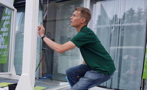 Simo Lampinen on mestari. Ikkunanpesussa häneltä tulee puhdasta jälkeä.