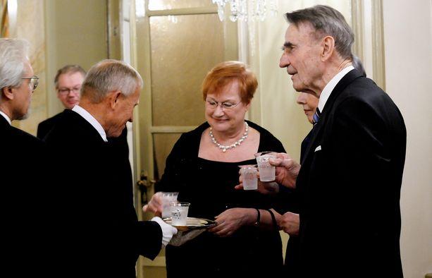 Presidentti Mauno Koivisto ja presidentti Tarja Halonen tukivat Ilkka Kanervaa tekstiviestiskandaalin aikana. Kuva Koiviston 85-vuotisjuhlista vuodelta 2008.