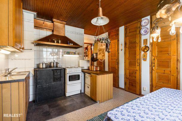 Huuva ja vanha puuhella ovat keittiön katseenvangitsijoita.