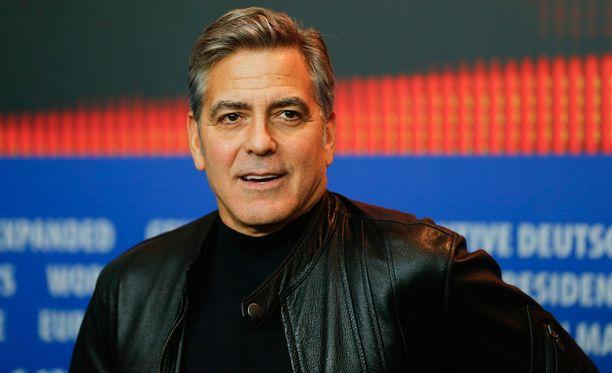 """George Clooney joutui Bernie Sandersin kannattajien hampaisiin. Näyttelijälegenda myönsi itsekin, että presidentinvaalien rahasummat ovat """"säädyttömiä""""."""