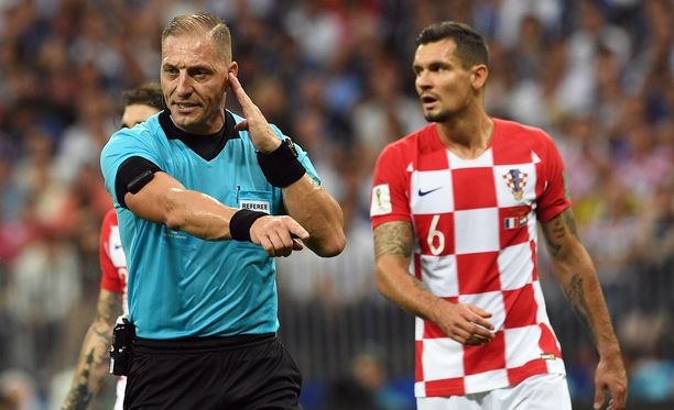 Nestor Pitana teki kovan päätöksen. Hän antoi Ranskalle rangaistuspotkun Ivan Perisicn käsivirheestä.