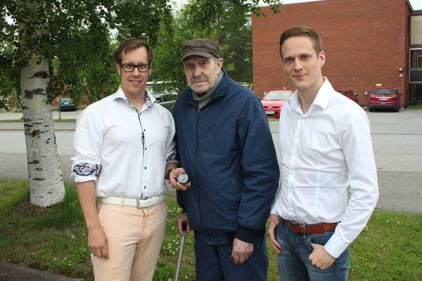 Stellan Juhani Pälve ja johtava lääkäri Mika Perttu lahjoittivat paikannuskellon kovia kokeneelle Erkille.
