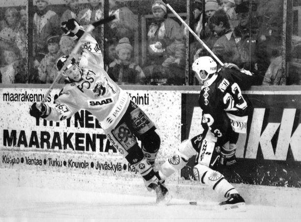 KalPan Juha Jokiharju ja TPS:n Hannu Virta kohtasivat SM-liigan finaalisarjassa 26 vuotta sitten.