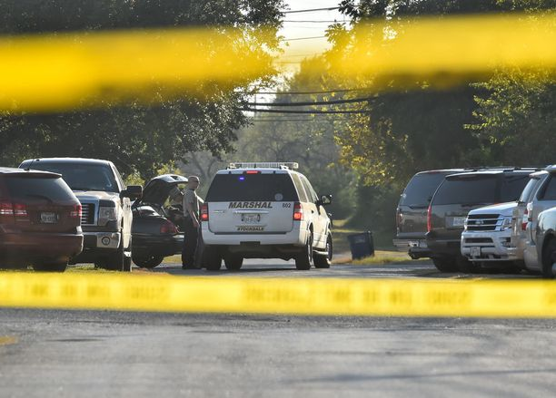 Poliisi tutki rikospaikkaa Sutherland Springsissä.