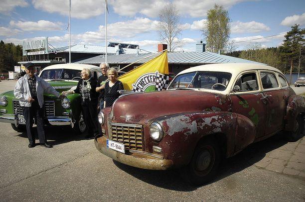Torsti Luntama (vas.), Raili Luntama, Hannu Kyttänen sekä kiskolaisen Checker-kuskin Eero Kilpelän tytär Leena Kilpelä olivat keskeisiä henkilöitä Checker-museon avajaisissa Lahnajärvellä.