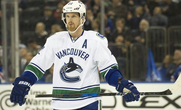 Daniel Sedin poseerasi yhteiskuvassa, joka paljasti Vancouver Canucksille helikopterikuljettajan taustan.