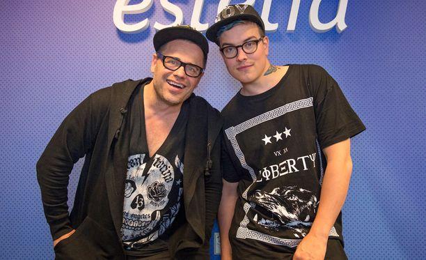 Teuvo Loman ja Niko Helenius Estetia-kauneusklinikan avajaisissa keskiviikkona Helsingissä.