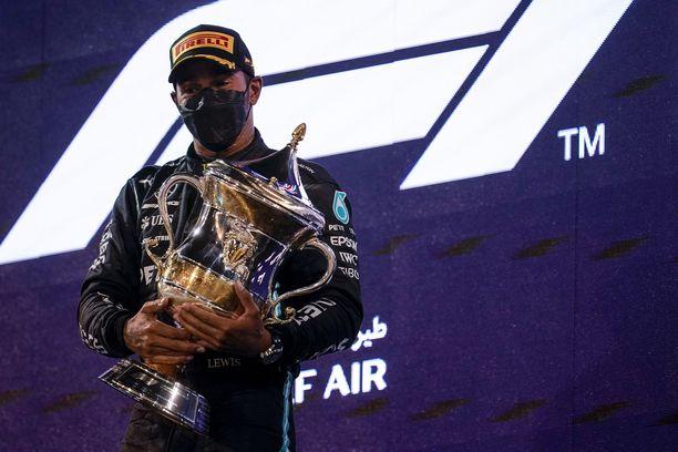 Lewis Hamilton avasi kautensa voitolla.