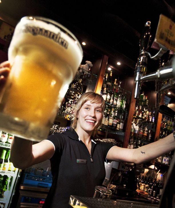 TERVETULOA ALALLE! Helsinkiläisen ravintola Belgen työntekijä Sanna ojensi janoisille maljan ihanan hymyn kera.