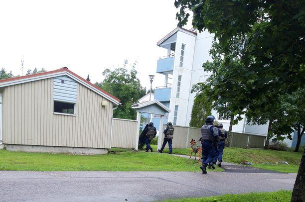 Itä-Uudenmaan poliisilaitos suoritti tarkastusoperaation Vantaan Vallinojassa iltapäivällä 11. heinäkuuta.