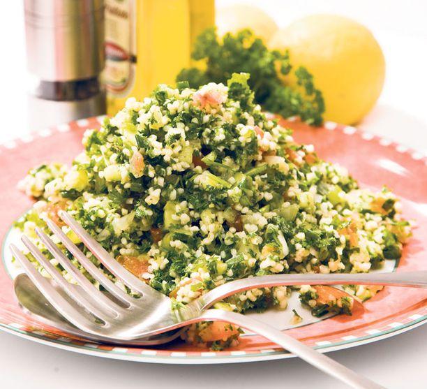 Persiljasalaatti tabbouleh sopii myös lisäkkeeksi. Gluteenitonta vaihtoehtoa kaipaava voi vaihtaa bulgurin pähkinäiseltä maistuvaan kvinoaan.