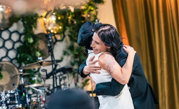 Kaksikon duetto myös päättyi hellään halaukseen.