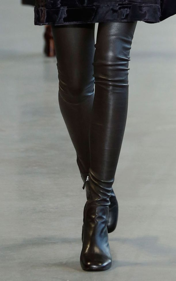 Ylipolvensaappaita nähtiin esimerkiksi Calvin Kleinin mallistossa.