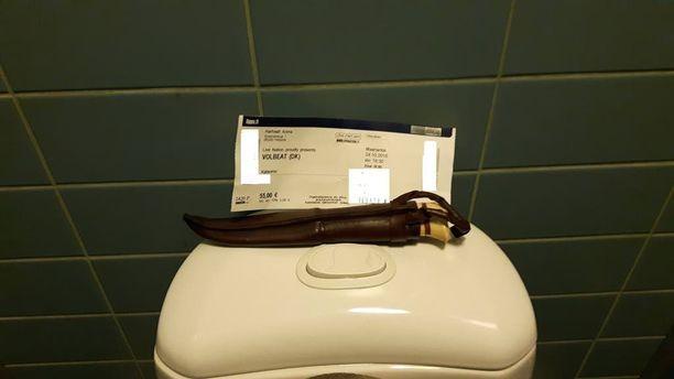 Puukko päätyi Hartwall Arenan sisälle konsertin yhteydessä. Mies otti kuvan hallin wc-tiloissa noudettuaan repun narikasta ennen poislähtöään.
