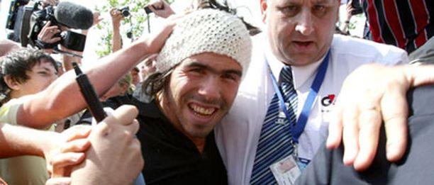 Manchesterin sisällä seuraloikan tehnyt Carlos Tevez otettiin City-fanien keskellä vastaan sankarina.