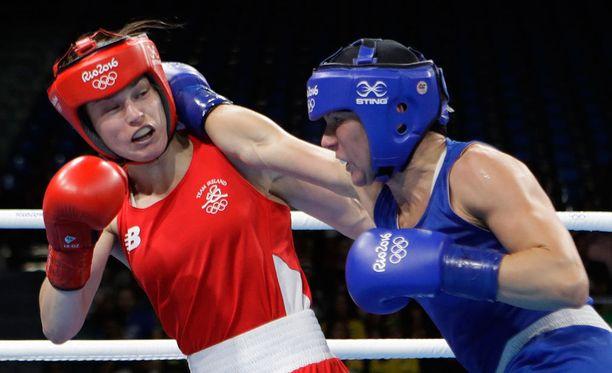 Mira Potkonen (oikealla) voitti irlantilaisen Katie Taylorin.