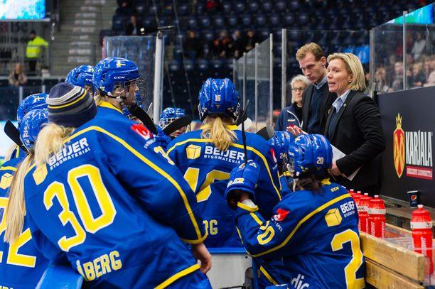 Päävalmentaja Ylva Martinsenin (oik.) pelaajat ovat menneet maajoukkueboikottiin.