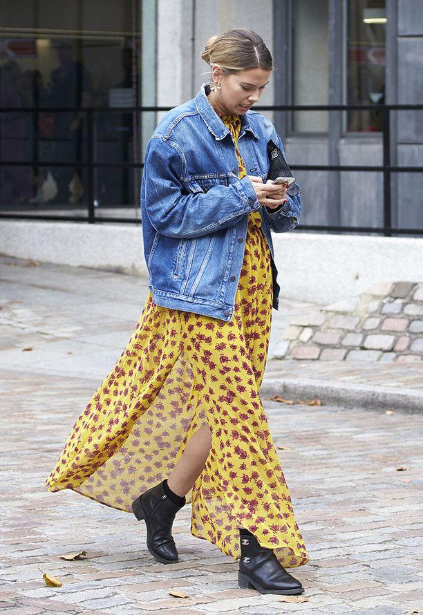 Keltainen kukkamekko ja klassinen farkkutakki näyttävät yhdessä törkeän hyviltä. Tämä asu inspiraatioksi ensi kesän festareille.