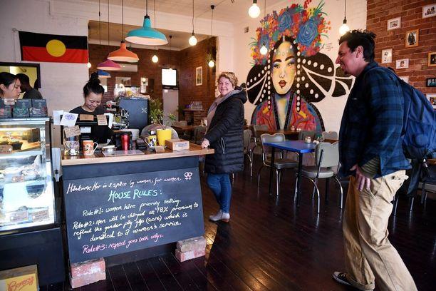 Mies tilaa kahvin lisämaksulla Handsome Her -kahvilassa.