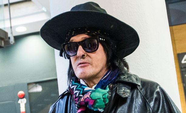 Tyylistään tarkka McCoy tunnetaan huiveista ja hatuistaan.