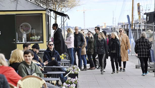 Jäätelökioskilla oli sunnuntaina jonoa aurinkoisessa säässä Tukholman Norr Mälarstrandilla.