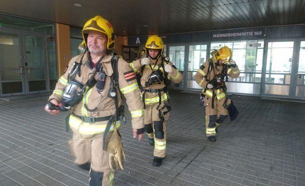 Palomiehet poistumassa kotoutumiskeskuksesta.