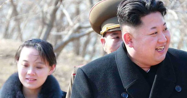Kim Jong-un pikkusiskonsa Kim Yo-jongin kanssa.