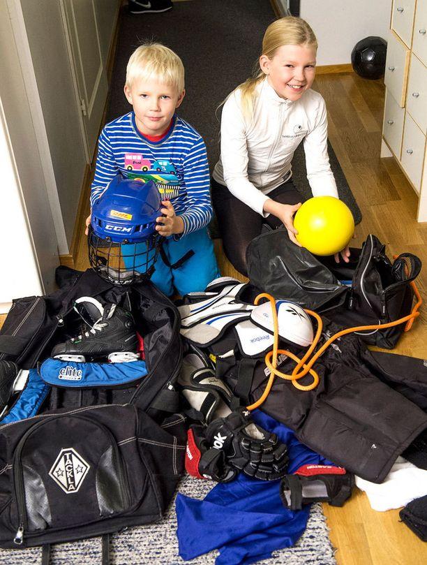 Terhi Toivosen ja Harri Huidan eteisessä on vipinää, kun lapset ovat lähdössä harrastuksiinsa: Jere jääkiekkoharkkoihin ja Essi joukkuevoimistelemaan.