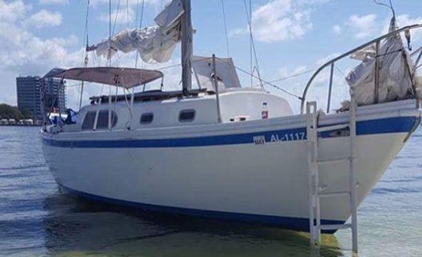 29-jalkainen purjevene hieman ennen aiotun maailmanympärimatkan alkua satamassa Floridassa.
