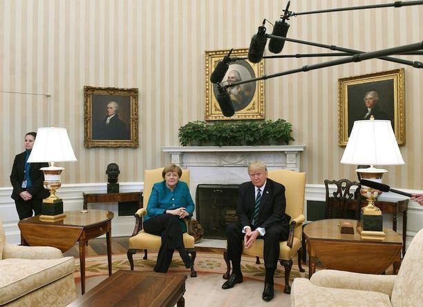 Hieman myöhemmin koettiin kiusallinen hetki, kun Trump ei kätellyt vieressään istunutta Merkeliä tämän pyynnöstä huolimatta.