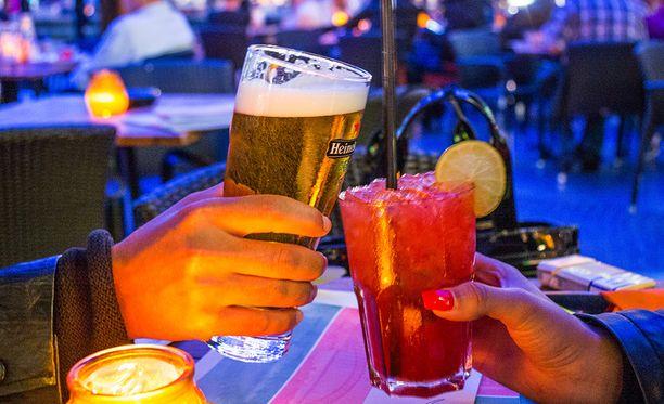 Yli sata grammaa alkoholia viikossa lyhentää elämää.
