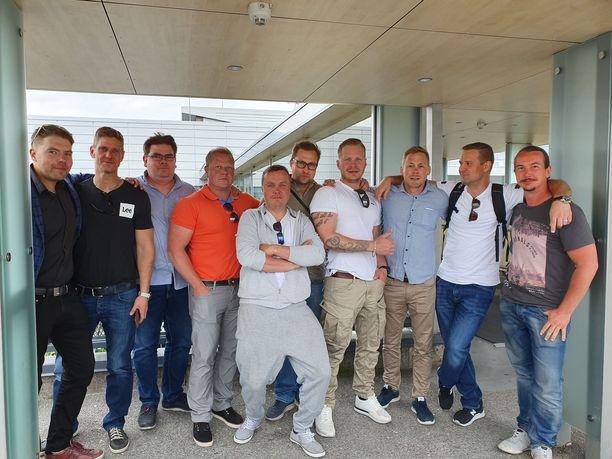 Polttariseurue odotteli kuljetusta Turun lentokentällä.