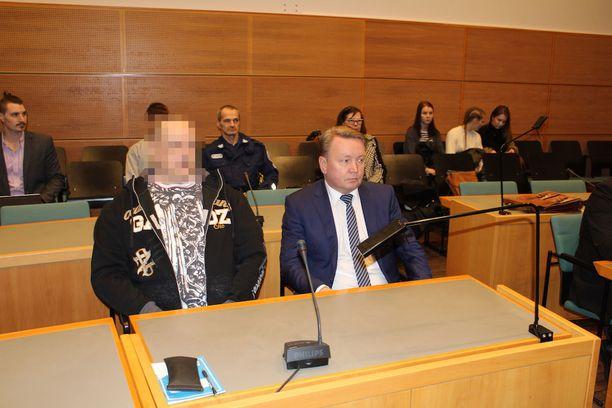 46-vuotias mies oli vielä vangittuna käräjäoikeuskäsittelyn aikaan helmikuussa. Tänään hän vapautui. Vierellä asianajaja Tero Lakka.