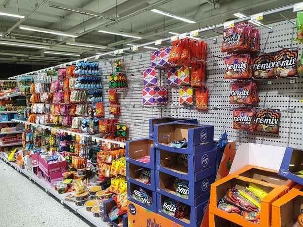 Ruokakaupoissa nähtiin ajoittain tyhjentyneitä makeishyllyjä, mutta ainoastaan suklaan myynti oli kuitenkin kasvussa.