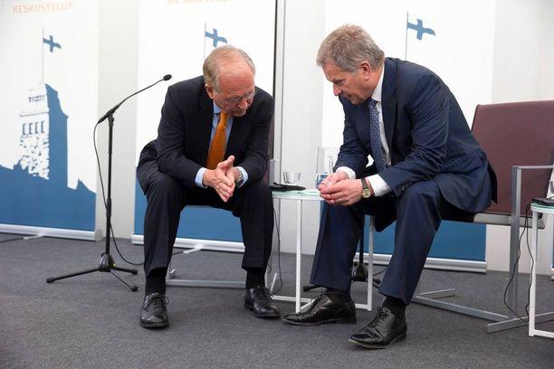 Presidentti Niinistö jutteli aamun keskustelutilaisuuden jälkeen pitkään kahdestaan Wolfgang Ischingerin kanssa.