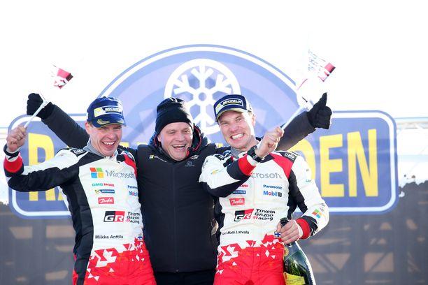 Toyota arvostaa, että Jari-Matti Latvala (oik.) otti tallille sen ensimmäisen voiton 18 vuoden tauon jälkeen. Kartanlukija Miika Anttila ja tallipäällikkö Tommi Mäkinen yhtyivät riemuun Karlstadissa 2017.