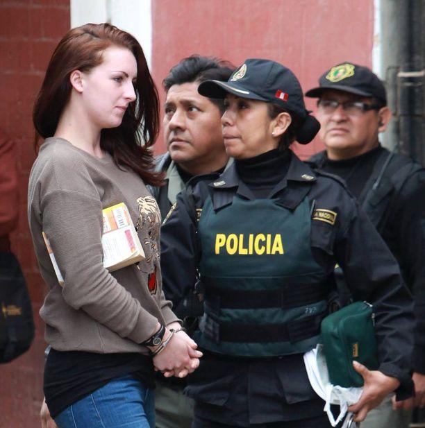 Michaella McCollum poliisin saattamana lokakuussa 2013.